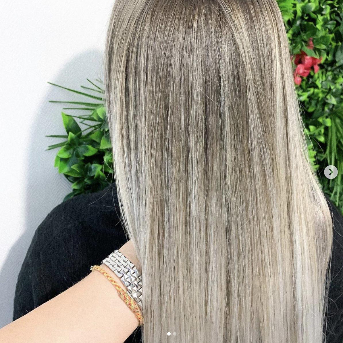 exemple d'un blond polaire au salon esther coiffure ongles à Anglet